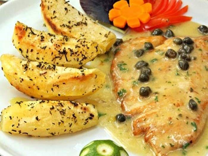 Ingredientes: 200 gramas de filé de salmão 1 dente de alho amassado Sal a gosto Pimenta do reino a gosto 1 colher (sopa) de alcaparras 1 colher (sobremesa) de cebolinha picadinha 1 colher (sobremesa) de salsa picadinha 2 colheres (sopa) de azeite de oliva 1 colher (sopa) de suco de limão Modo de preparo: Tempere …