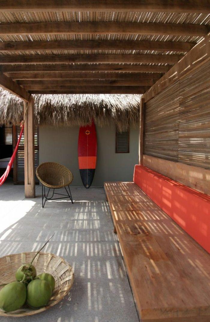 planche de surf, une tonnelle en bois et une grande banquette