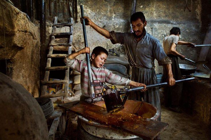 En la actualidad, cerca de 215 millones de niños trabajan en el mundo, muchos de ellos a tiempo completo. No van a la escuela y no tienen tiempo para jugar. Muchos no reciben alimentación ni cuidad…