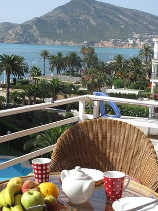 #ALICANTE #Altea. #Alquiler_apartamento #vistas_mar y al club náutico de Altea. Dispone de 2 dormitorios, baño con amplia ducha, cocina, salón comedor y terraza. Edificio con #piscina y parking privado. El apartamento tiene capacidad de 4 adultos + bebe/menor. Situado al final del paseo marítimo y con #vistas_puerto_Altea y la #bahía_Albir, con rápido acceso a pie a: restaurantes, supermercado y farmacia, a poca distancia del precioso casco antiguo de Altea. #apartamento_vistas_playa…
