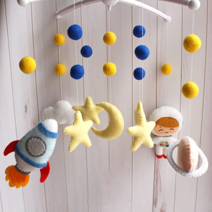 Уникальный мобиль в детскую кроватку новорожденному мальчику Космонавт медвежата для практичного и изысканного подарка будущему исследователю новых миров. Изысканная игрушка ручной работы – космонавт, ракета, яркие шарики, луна и звезды. Материал игрушек гипоаллергенный. Отдельно можно приобре