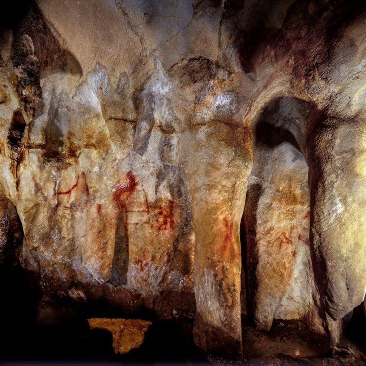 University of Southampton/Handout via REUTERSSÃO CARLOS, SP (FOLHAPRESS) - A última barreira que parecia separar os seres humanos modernos de seus primos de primeiro grau extintos, os neandertais, pode ter caído por terra de vez. Datações obtidas em quatro sítios arqueológicos na Espanha indicam que esses parentes arcaicos da humanidade já produziam arte rupestre e adornos corporais (colares e pintura) entre 115 mil e 65 mil anos atrás, muito antes de o Homo sapiens chegar à Europa.
