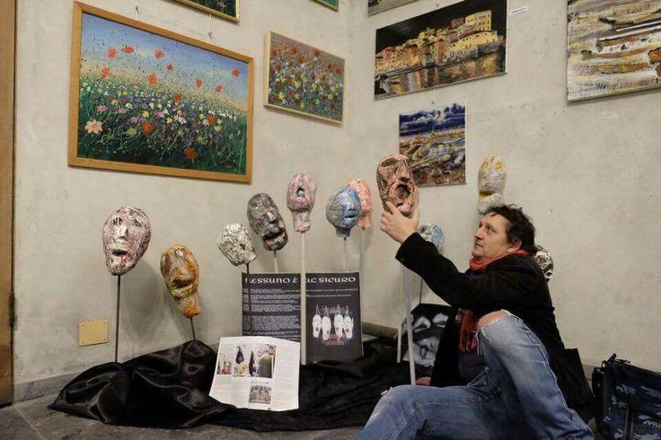 Vernissage mostra d'arti visive DIALOGHI D'ARTE, presso il complesso monumentale della chiesa di Santa Maria di castello a Genova.  Una piccola parte della mia installazione artistica NESSUNO È AL SICURO, installazione artistica dedicata alle vittime del terrorismo