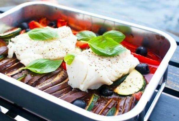 Lekker en makkelijk te bereiden recept met kabeljauw, paprika, courgette en aubergine. Koolhydraatarm, dus perfect als je wilt afvallen.