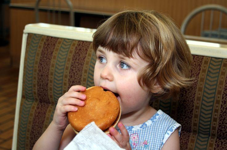 Dzieci otyłych jest coraz więcej. Generuje to nie tylko problemy zdrowotne, ale i społeczne. Kto zatem ponosi za to odpowiedzialność i czy jesteśmy w stanie zmienić nawyki żywieniowe wśród najmłodszych