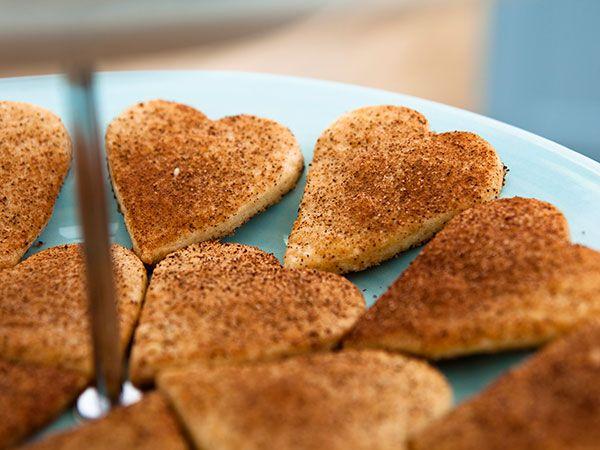 Superenkla små kakor som är formade som hjärtan. Rullas i kanel och socker.
