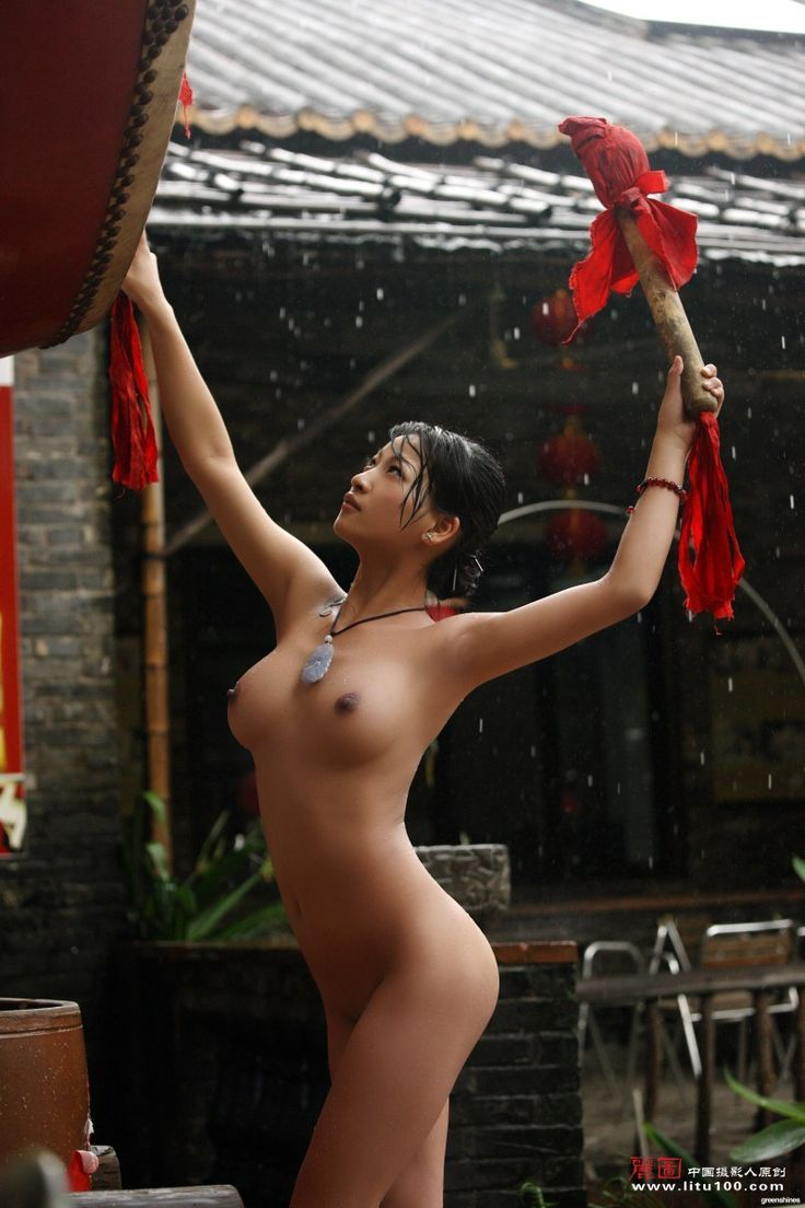 Sexy naked girl playing in the rain — photo 11