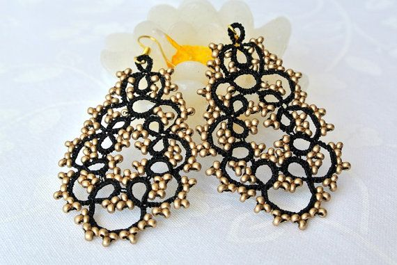 Black and gold chandelier tatted earrings beaded by Ilfilochiaro