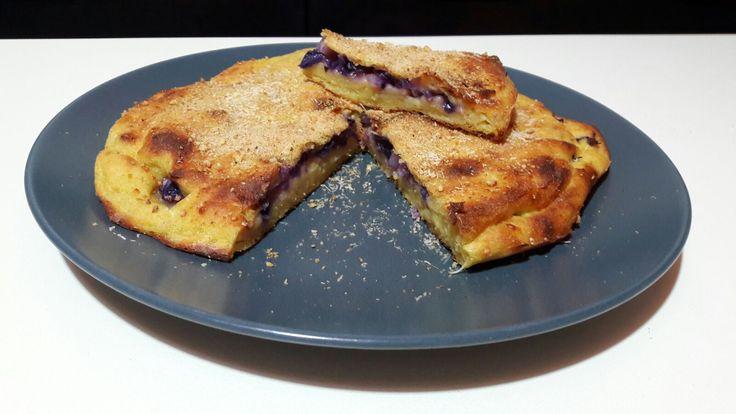 Oggi vi propongo una focaccia fatta con le patate e farcita con cavolo cappuccio viola. Una combinazione davvero ottima. La focaccia di patate può essere