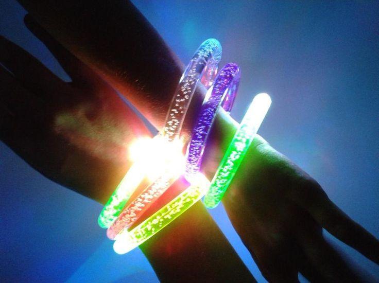 Combina varias pulseras LED de colores diferentes y logra divertidos efectos visuales con sus tres modos de iluminación.
