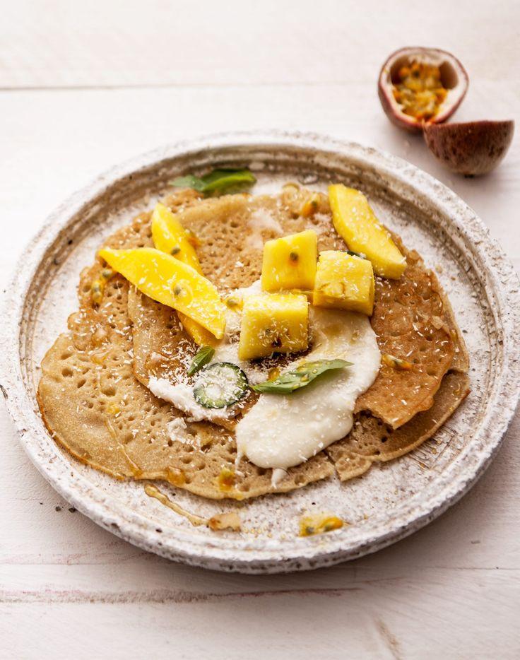 Begin je dag met deze rijst-kokos-pannenkoekjes met exotisch fruit voor een instant goed humeur! Klik voor dit heerlijk zomerse recept.