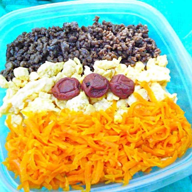お弁当作ってピクニック☆ - 9件のもぐもぐ - 人参しりしり、卵焼き、鳥肉そぼろの3色弁当 by masarascal