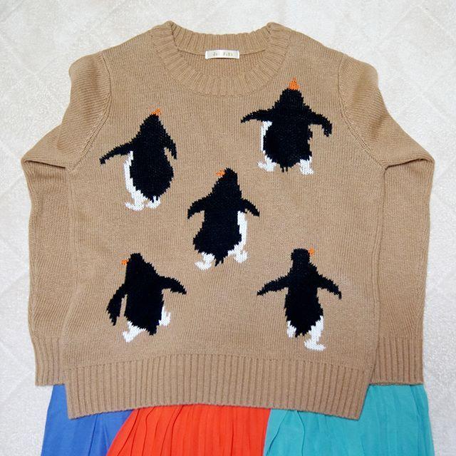 Penguin Sweater  ラフォーレでペンギンの後ろ姿セーターをゲット  店員さんによると、赤と黒もあったそうだけれど、セール最終日だったので売っていたのは茶色だけ。他にカーディガンタイプもありました。  デザインとシルエットが好みだったので購入したけれど、普段茶色の服を着ることがないので、合わせるスカートに悩み中です  #ぺもの #ペンギン #penguin #セーター #sweater #knit #ambidex #didizizi #ラフォーレ原宿