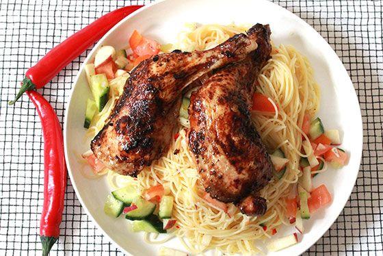 Marinerade kycklingklubbor med gazpachosalsa & spagetti