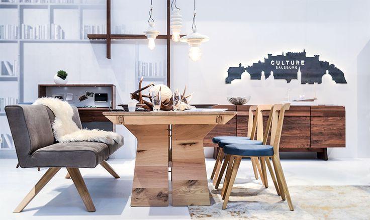 Table, banc et chaises de salle à manger.