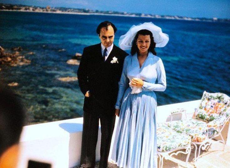 1949 / HISTOIRE / Rita HAYWORTH et le Prince Aly KHAN / Ces deux là tombèrent amoureux au premier coup d' oeil et se marièrent le 27 mai 1949 à Vallauris dans les Alpes Maritimes, avec tout le faste que ce genre d'évenement mondain amène. La communauté Ismaelienne dont je le rappelle, le prince AlY KHAN était le chef spirituel, offrit  comme cadeau de mariage à Rita, leur future nouvelle princesse, seize kilos de diamants. Comble du romantisme, Aly KHAN , pour l' occasion  fit remplir la…
