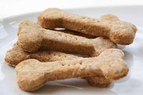 Receita de biscoito canino caseiro de batata  - 300 gramas de farinha de trigo integral - 100 gramas de purê de batatas    Adicione a farinha ao purê de batatas. Misture os dois ingredientes com as mãos. Se necessário, adicione um pouco de água ou um pouco de farinha, para equilibrar a consistência da massa. Abra a massa e corte os biscoitos utilizando forminhas, leve ao forno a 180 ° C por 20 minutos. Mantenha os biscoitos caninos já prontos, fechados em um saco de pão.