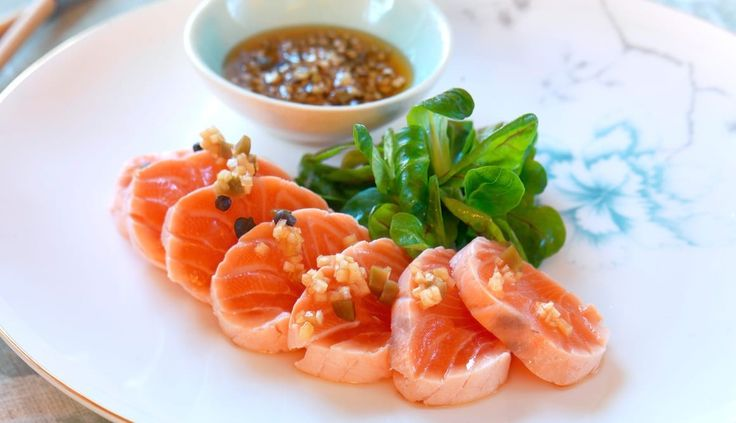 El tataki es una palabra japonesa empleada para el pescado que se fríe o hierve a altas temperaturas y en poco tiempo, de forma que el interior quede poco cocinado. Al acompañarlo de una salsa agria y templada, se convierte en toda una experiencia.
