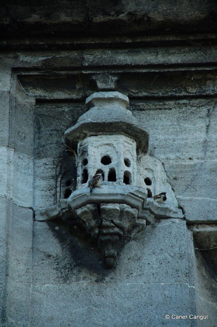 burada istanbul var: İstanbul'daki Kuş Evleri ve Kuş Sebilleri-Üsküdar Ayazma Camii Avlu Kapısı Üzerindeki Kuş Evi