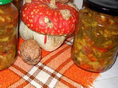 Ingrediente : 5 kg fasole verde 2 kg rosii 500 gr ardei gras 4 bucati ceapa 1 legatura frunze telina 2 legaturi frunze patrunjel 250 ml ulei sare neiodata (la vrac ) dupa gust salicil (sau praf conservant ) Preparare : Spalam si curatam fasolea verde . O rupem bucati potrivite. Curatam ceapa si ardeii