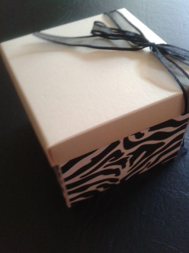 Caja 8x8 con tapa coral con cinta negra animal print