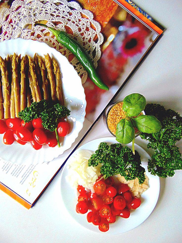 Salade de boulgour aux asperges. Ingrédients (pour 4 personnes) :      150 g de boulgour,     3 bocaux d'apserges vertes minatures,     1 cube de bouillon de légumes,     1 c. à soupe de basilic coupé,     2 oignons rouges,     10 tomates cerises,     1 c. à s. d'amandes effilés,     2 c.à s. d'huile d'olive,     poivre du moulin.