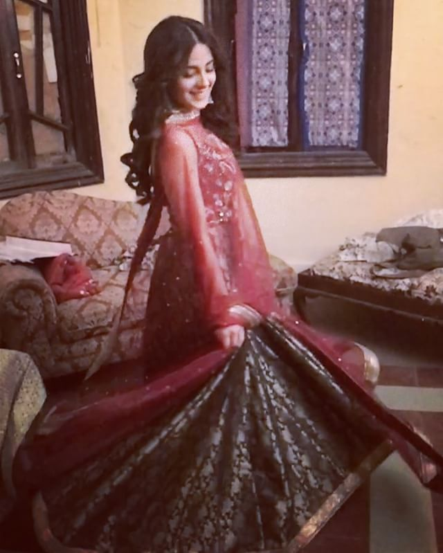 """1,730 Likes, 36 Comments - Iqra Aziz (@iiqraaziz) on Instagram: """"Thankyou @nadiafarooqui for this beautiful outfit and bryan for hair and makeup ❤✨#sejakimehndi"""""""