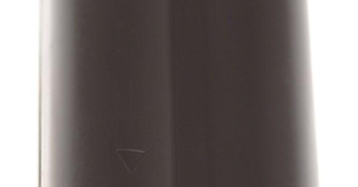 Como fazer um carregador solar simples de íons de lítio. Um painel solar fotovoltaico pode ser usado pra carregar quase qualquer tipo de bateria de armazenamento elétrico. Baterias de íons de lítio são o tipo usado em várias câmeras, celulares, laptops e outros dispositivos portáteis. Elas são sensíveis à sobrecarga e requerem sofisticados eletrônicos no dispositivo de carga para assegurar que serão ...