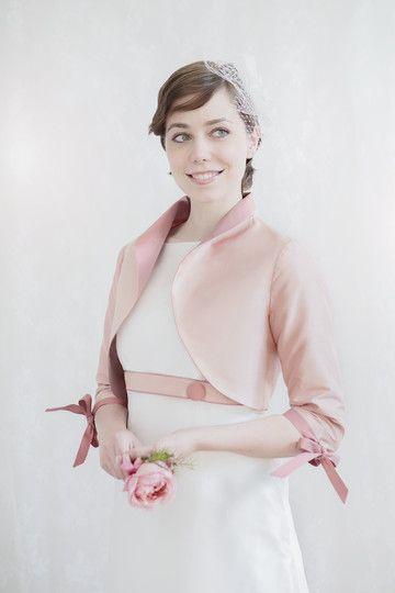 brautfrisur mit kurzen haaren, kopfschmuck für die braut und bolerojäckchen aus dupionseide in rosa tönen und schleife am ärmel