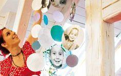 Riesen-Mobile DIY: Runde Sache: Wer von seinen Lieben nicht genug bekommt, macht es wie Deko-Profi Bine Brändle: Fotos ausschneiden, laminieren und im Abstand von 2,5 cm untereinander kleben.