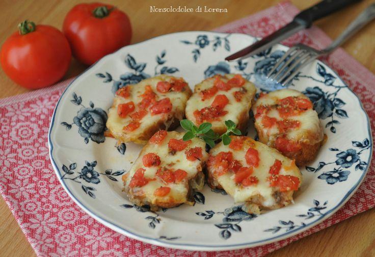 Crostini di pane con pomodoro e mozzarella