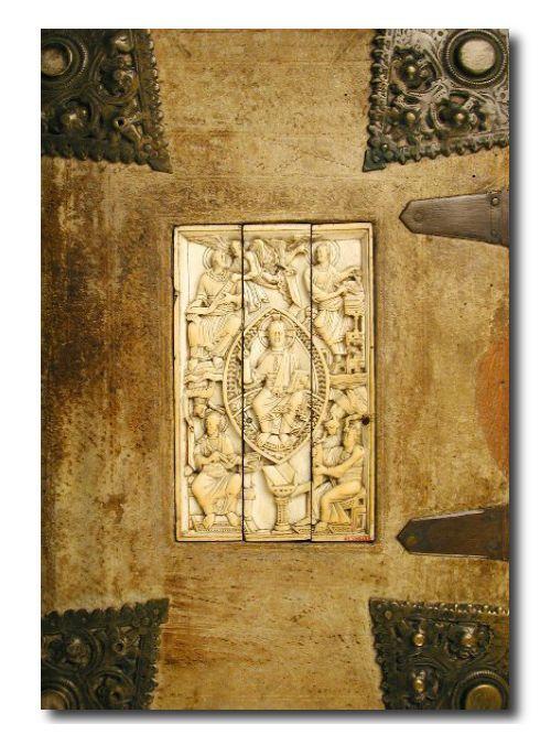 Die Èdition Couverture zeigt zahlreiche alte Bucheinbände, die besonders durch ihre Einzigartigkeit hervorstechen. Ob es sich nun um Ledereinbände, Holzeinbände oder sogar um diamantbesetzte Bucheinbände handelt, hier werden Sie fündig, wenn Sie ein einzigartiges Notizbuch suchen. Die Bandbreite der Bucheinbände reicht vom 9. Jahrhundert bis in das 19. Jahrhundert hinein. Der Schwerpunkt liegt hier auf der facettenreichen Verzierung der Bucheinbände. Zu finden bei: www.griffeur.com