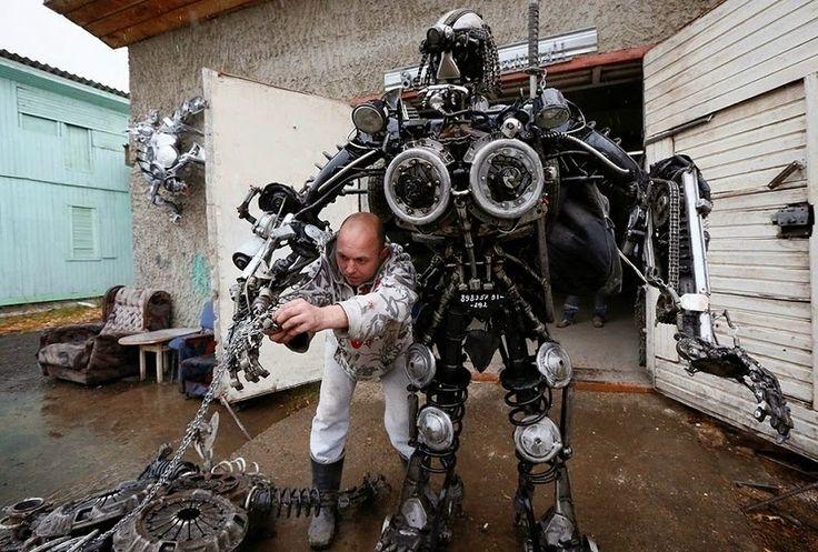 Alien Samurai robot fabricado con piezas de automóviles viejos