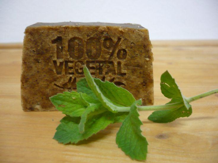 Svěží přírodní mýdlo Máta a kozí mléko 70g Přírodní rostlinné mýdlo ručně vyrobeno šetrnou metodou za studena ( 27 stupňů ) Máta je přímo z naší zahrádky a mléko od našich kozenek. Složení: olivový olej, kokosový olej, palmový olej, destilovaná voda, NaOH, silice máta, kozí mléko domácí, máta peprná, přírodní konzervant: extrakt z grapefruitových jader. ...