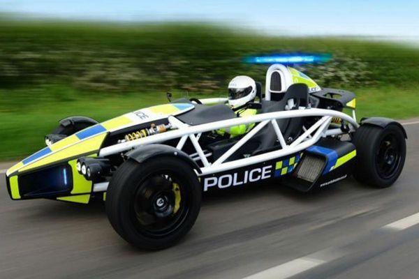 De Ariel Atom PL is een cadeautje van de Engelse sportwagenfabrikant aan de Avon and Summerset Constabulary, de politieregio die onder meer Bristol en Bath City omvat. De auto heeft niet alleen de politiekleuren, maar ook sirenes en blauwe lampen, meldt AutoExpress.