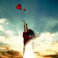 Фото с девушкой на фоне затянутого тучами неба с сердцем #картинки#фото#девушка#небо#тучи#прыжок#закат#шары#сердце
