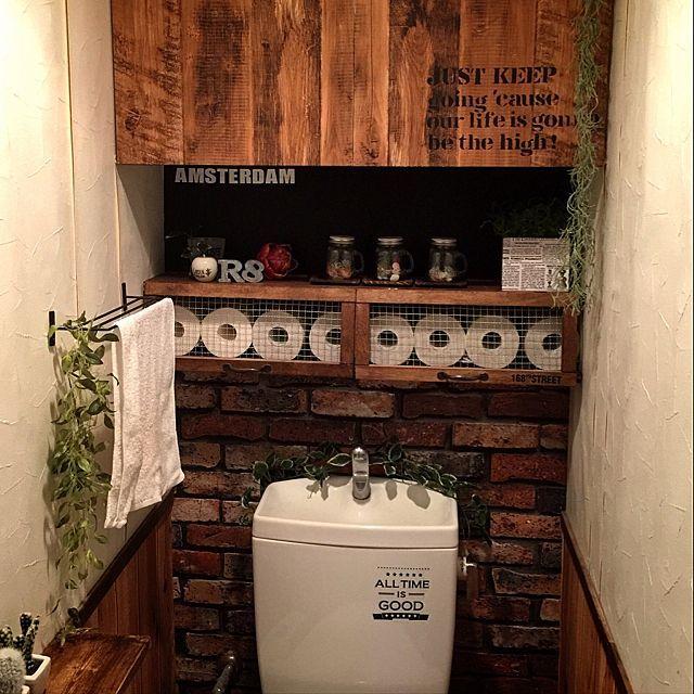 女性で、4LDK、家族住まいのいなざうるす屋さん/壁紙屋本舗/DIY/男前インテリア/収納アイデアについてのインテリア実例を紹介。「変わり映えのないトイレ イベント用に投稿です! トイレットペーパー収納棚 つっぱり棒てDIY✨✨ 」(この写真は 2016-08-26 16:02:05 に共有されました)
