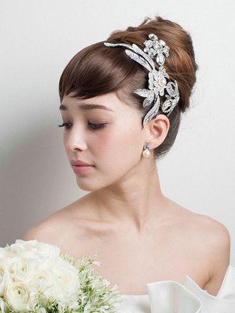 厚めの前髪でエレガントなシニヨンにコケティッシュな魅力をプラス/Side