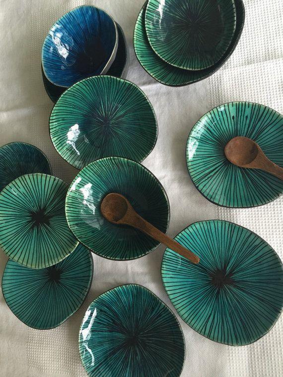 Ce mignon petit bol est formée par mes soins à partir d'argile blanche en terre cuite, décoré avec des lignes fines en noir peint à la main, l'intérieur est fini en un émail craquelé bleu glorieux. Utiliser ce bol dans la cuisine, comme un porte-bijoux ou comme un objet de décoration.  Toutes mes pièces sont unique en son genre, vous pouvez trouver les légères imperfections dans la forme de bols et les marques laissées par le processus de la main. Cest ce qui font de la pièce unique, donne…