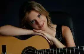 Hoy 19:30 hrs Conservatorio U. Mayor presenta a la guitarrista clásica española Mabel Millán sólo en @tmlascondes
