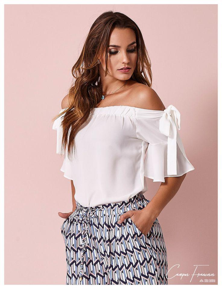 Cora Canela, calça jogging estampada; blusa em crepe leve decote ombro a ombro com laços na manga.
