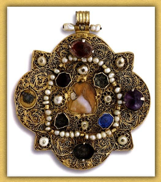 Byzantine Pendant with Cameo of Jesus Christ , precious stones, pearls and agate Late 12th-13th century Mount Athos, Vatopedi Monastery