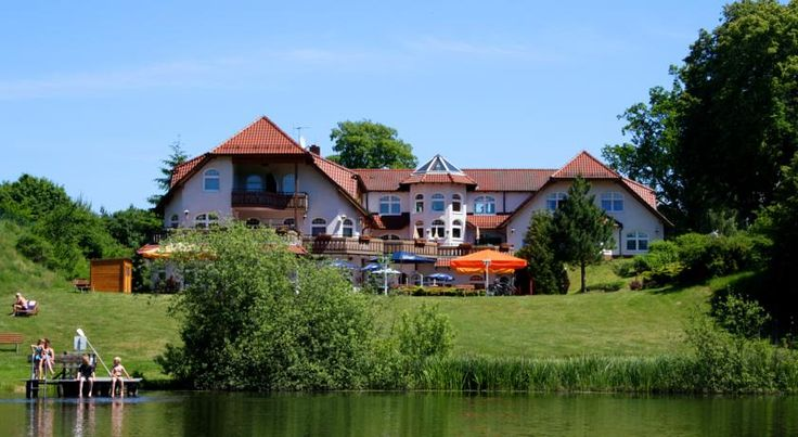 Hotel Heidekrug Wustrow This family-run hotel in Grünplan offers spa facilities, a lakeside beer garden and rental bicycles. It lies between the Rheinsberg and Mecklenburg Lake Districts, a 15-minute drive from Rheinsberg Castle.