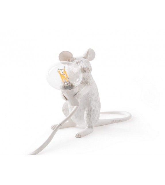 Lampe à poser Souris blanche de la marque italienne Seletti. Idéal comme cadeau design et pas cher #lamp #lampen #luminaire #fashion #style #seletti #led #gifts #art #cadeau #children