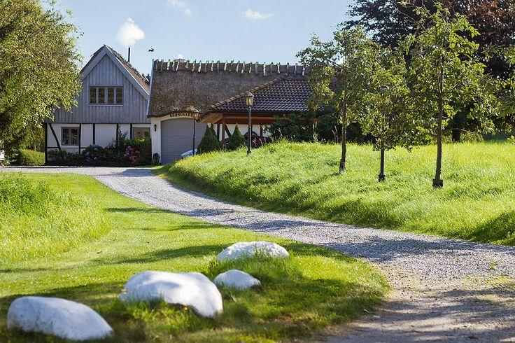 Stor landejendom i liebhaverklassen - omgivet af Nordsjællands smukkeste natur. I et af Nordsjællands smukkeste landskaber ligger denne stråtækte landejendom og stråler af en unik blanding af luksus og Morten Korchsk idyl. Landejendommen byder på 244 kvadratmeter liebhaverbolig, og til hele herligheden hører knap fem hektar med have og naturskønne græsmarker. Den store grund ligger højt i det kuperede terræn, hvor naboerne er skove, søer og bølgende marker. På matriklen kan du skue ind mod…