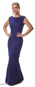 Шикарное вечернее платье связано с горизонтальными вставками из мотивов в районе пояса и на юбке. Лиф и расклешенный подол выполнены одним узором а облегающая юбка другим.