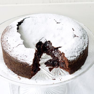 Swedish Chocolate Cake — chewy, brownie-like edges, molten chocolate centre. 1 pot, 5 ingredients + 40 minutes, super easy (+ video tutorial).