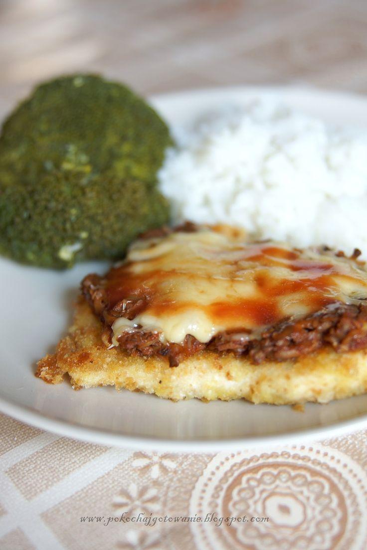 Składniki: - 500g filetu z kurczaka - ok.500g pieczarek - mały słoiczek przecieru pomidorowego - sól i pieprz - ok. 100g żółtego sera ...