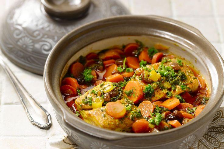 De Marokkaanse keuken komt helemaal tot zijn recht in deze heerlijke vistajine, met kabeljauw, harissa, zoete worteltjes en tal van kruiden en speceri...