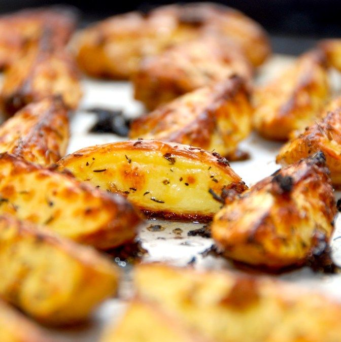 Virkelig skønne bådkartofler med hvidløg og timian, der steges sprøde i ovnen. Kartoflerne får en behagelig smag af hvidløg, og passer godt som tilbehør til bøffer og stege. Foto: Madensverden.dk.